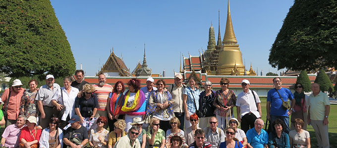 Tourists in front of Wat Phra Kaew-680x300